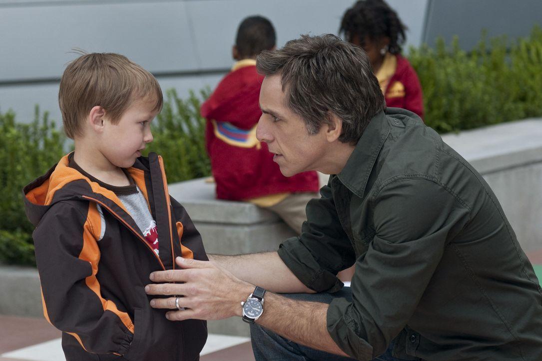 Um seinen Kindern Henry (Colin Baiocchi, l.) und Samantha die bestmögliche Schulbildung zu ermöglichen, lässt Greg (Ben Stiller, r.) sich auf ein... - Bildquelle: Glen Wilson 2010 Universal Studios & DW Studios LLC