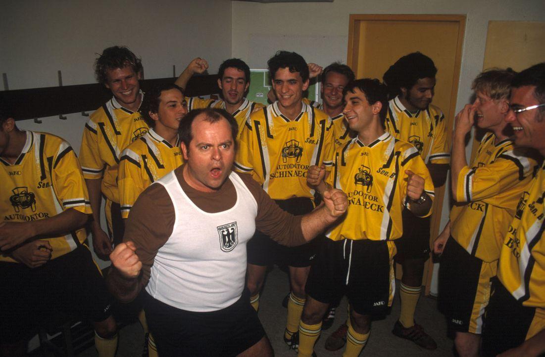 Markus (Markus Majowski, M.) feuert seine Fußballmannschaft ordentlich an, um sie auf den Gegner vorzubereiten. Allerdings wissen die Spieler nicht... - Bildquelle: Sat.1