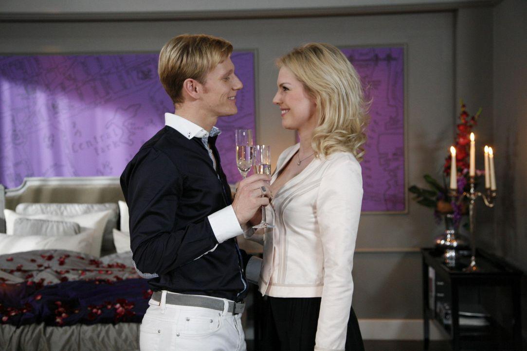 Alexandra (Ivonne Schönherr, r.) erkennt, dass sie lieber mit Philip (Philipp Romann, l.) zusammen sein will, als ganz allein zu sein. Aber Philip... - Bildquelle: SAT.1