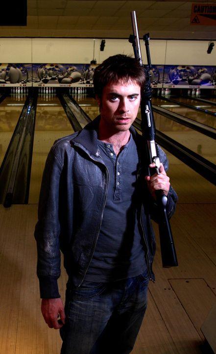 Nimmt den Kampf gegen die Raptors, die in einem großen Einkaufzentrum mit Bowlingbahn für Unruhe sorgen, auf: Stephen (James Murray) ... - Bildquelle: ITV Plc