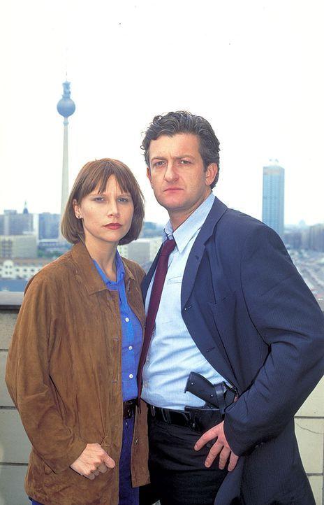 Tracy Garret (Sammi Davis, l.) und Kommissar Eric Glint (Dominic Raacke, r.) ermitteln in Berlin gegen einen Babyhändlerring ... - Bildquelle: ProSieben