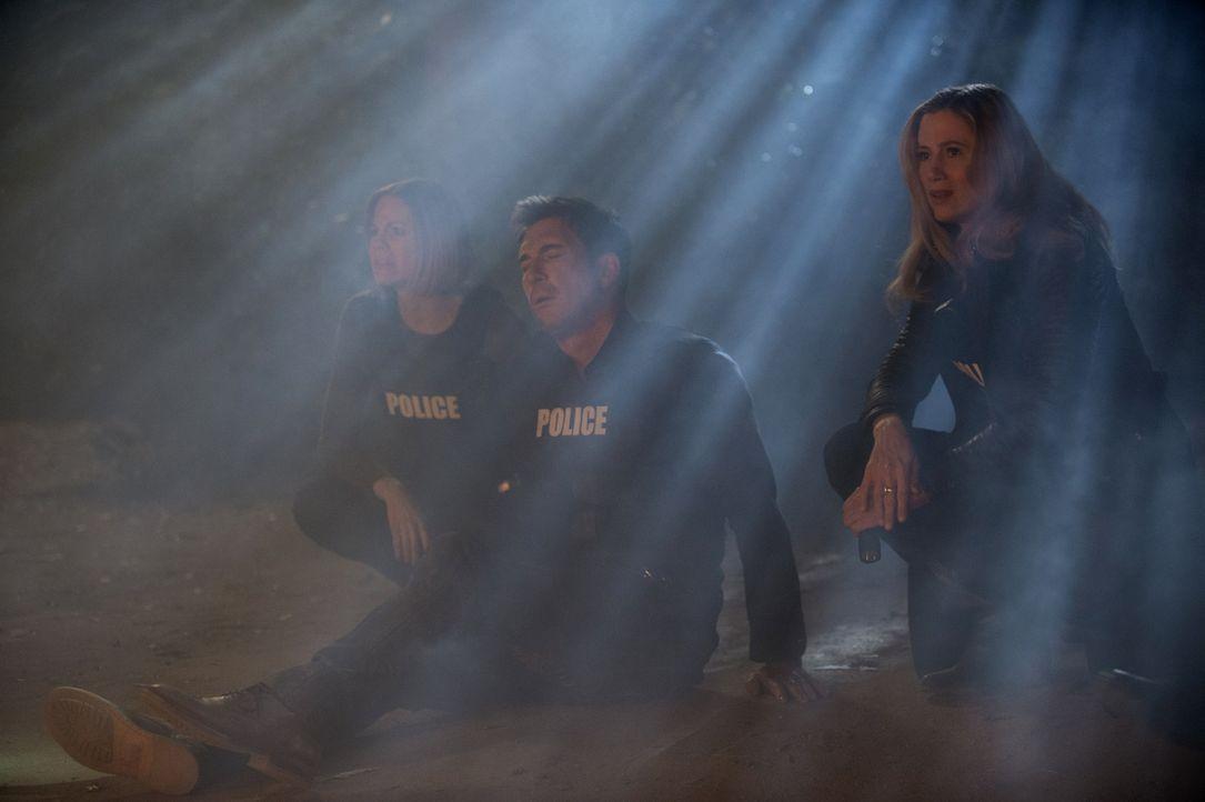 Ist der Alptraum wirklich zu Ende? Janice (Mariana Klaveno, l.), Jack (Dylan McDermott, M.) und Vicki (Mira Sorvino, r.) ... - Bildquelle: Warner Bros. Entertainment, Inc.