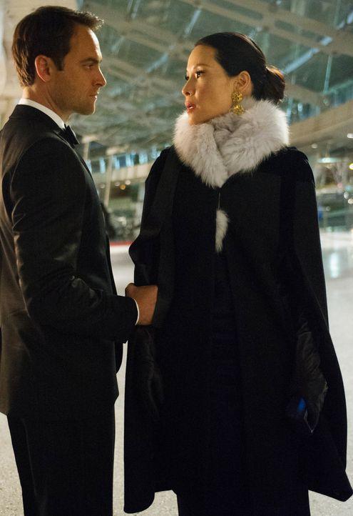 Alles spricht dafür, dass Watsons (Lucy Liu, r.) neuer Boss, Del Gruner (Stuart Townsend, l.), Kittys Entführer ist, doch im Verhör streitet er alle... - Bildquelle: CBS Television