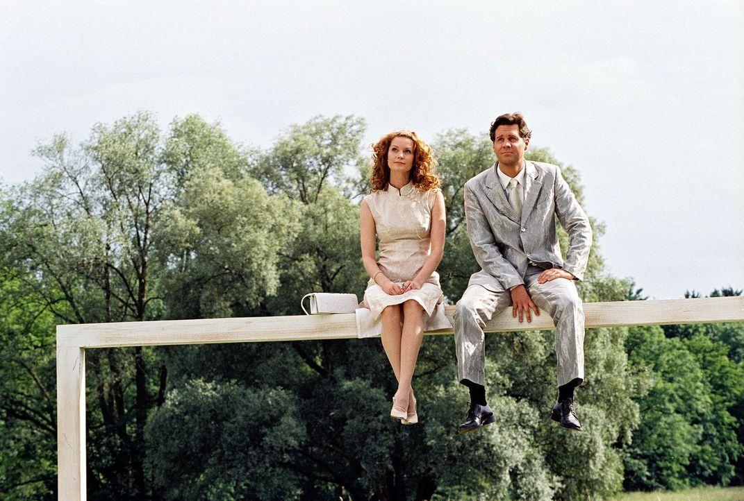 Seit ihrem tödlichen Autounfall müssen Daphne (Esther Schweins, l.) und Tom (Thomas Heinze, r.), unsichtbar für Sterbliche, Menschen auf ihrem letzt... - Bildquelle: Sat.1
