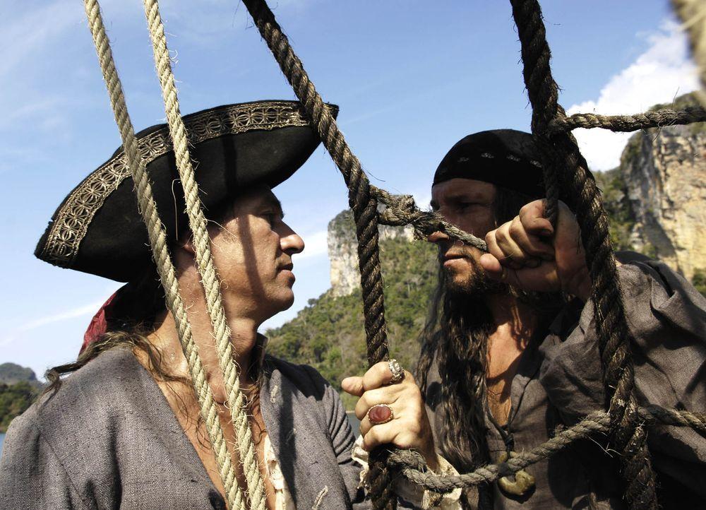 Kommen sich massiv in die Quere: der eiskalte Pirat Black Dog (Richy Müller, r.)und gefürchtete Freibeuter Long John Silver (Tobias Moretti, l.) ... - Bildquelle: ProSieben