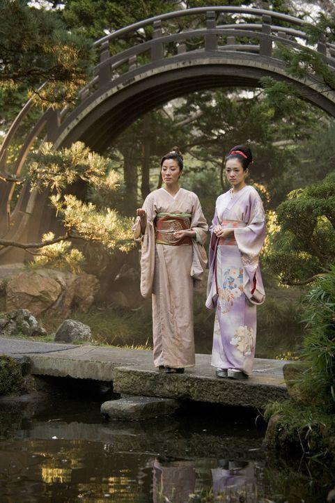 Die elegante und erfahrene Mameha (Michelle Yeoh, l.) lehrt Sayuri Nitta (Ziyi Zhang, r.) alle künstlerischen und sozialen Fähigkeiten, die eine Gei... - Bildquelle: 2005 Sony Pictures Television International.