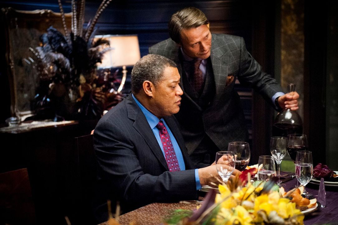 Für seinen Gast Jack Crawford (Laurence Fishburne, l.) hat Dr. Hannibal Lecter (Mads Mikkelsen, r.) ein ganz besonderes Menü zubereitet ... - Bildquelle: Brooke Palmer 2012 NBCUniversal Media, LLC