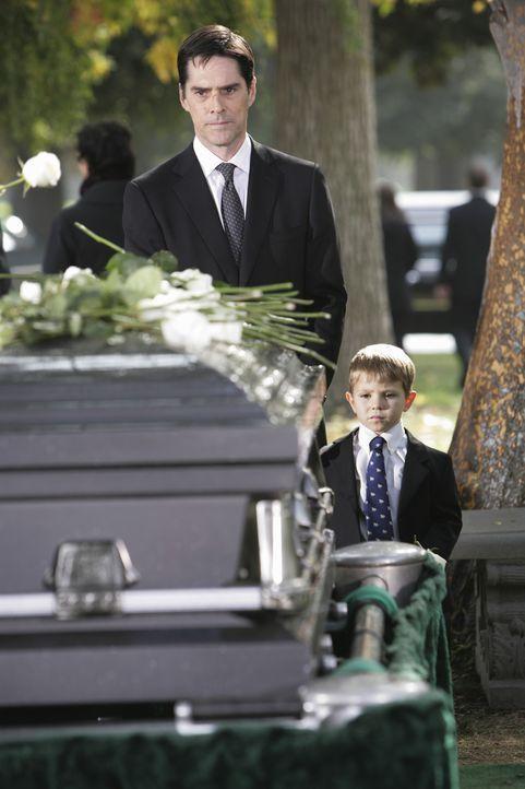 Müssen Abschied nehmen von einem geliebten Menschen: Hotch (Thomas Gibson, l.) und sein Sohn Jack (Cade Owens, r.) ... - Bildquelle: Touchstone Television