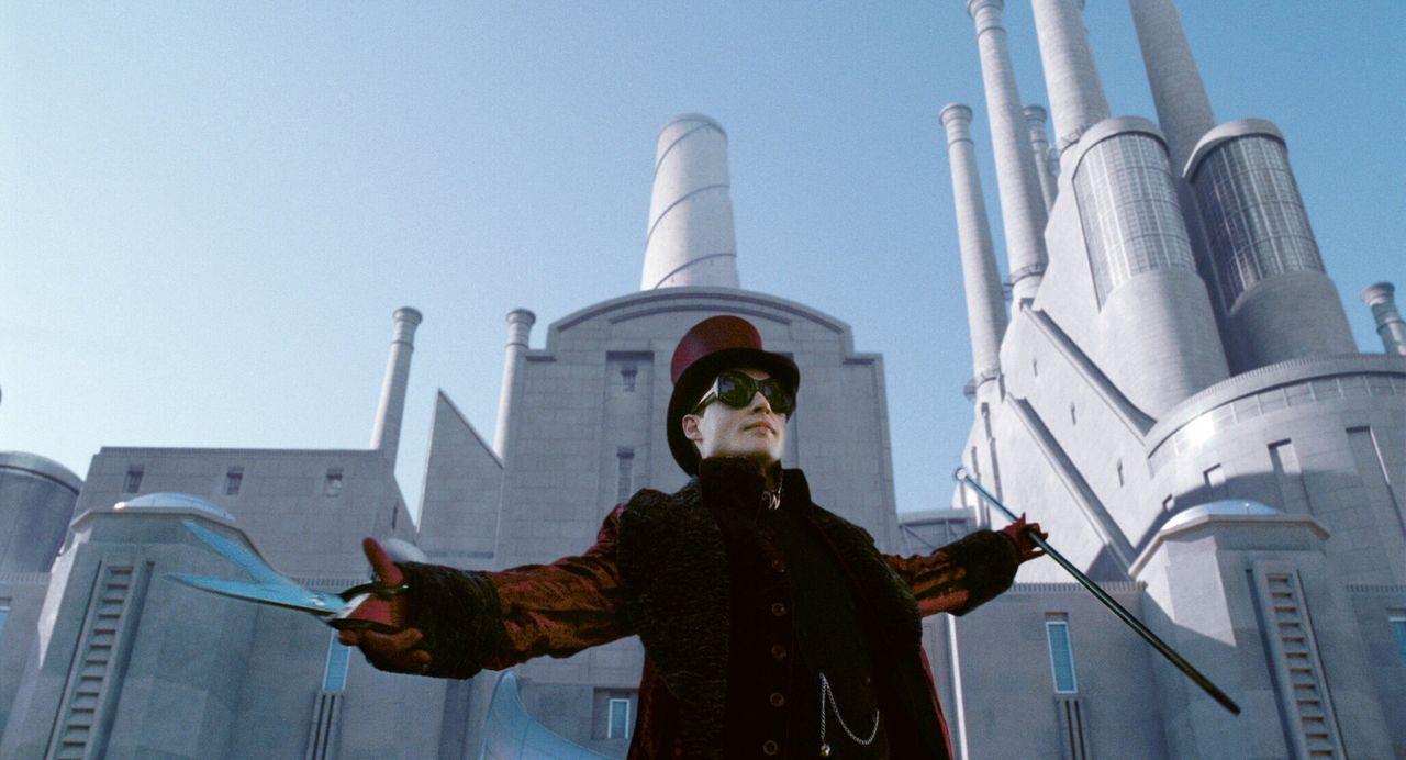Wonka (Johnny Depp) startet ein weltweites Gewinnspiel. Die Gewinner der fünf versteckten Tickets, dürfen an einer Führung durch seine Schokoladenfa... - Bildquelle: Warner Bros. Pictures