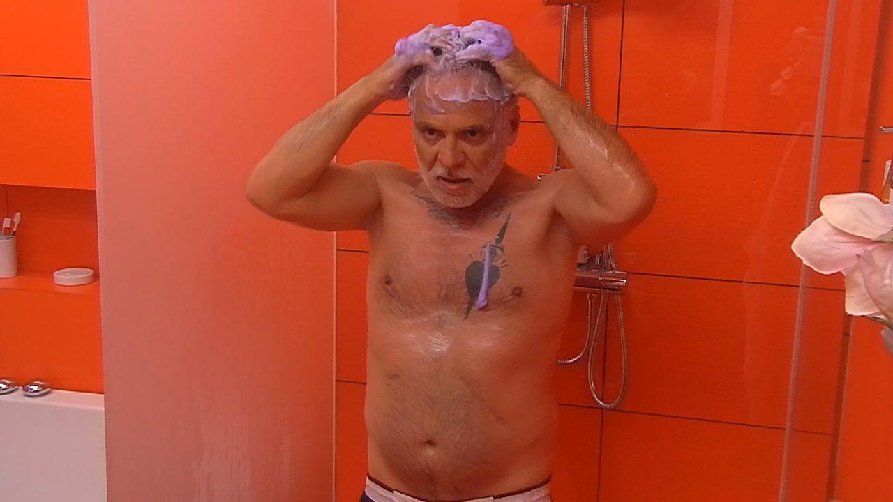 Tag2_Nino duscht3