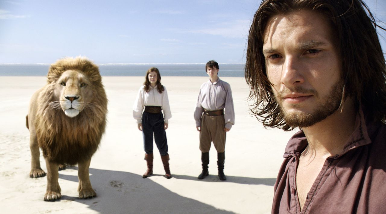 Erst spät macht der Löwe Aslan König Kaspian (Ben Barnes, r.), Edmund (Skandar Keynes, M.) und Lucy (Georgie Henley, l.) klar, dass aus seinem Land... - Bildquelle: Courtesy 20 Century Fox TM &   2010 Twentieth Century Fox Film Corporation and Walden Media, LLC. All Rights Reserved. Not for sale or duplication