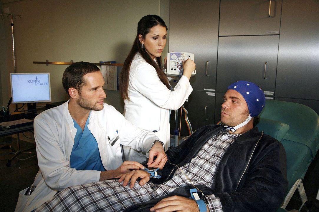 Jens (Lee Rychter, l.) und Hülya (Eva-Maria Reichert, M.) stehen im Wettbewerb. Wer die treffendste Diagnose herausfindet, warum Simon Fernaqgl (Ma... - Bildquelle: Mosch Sat.1