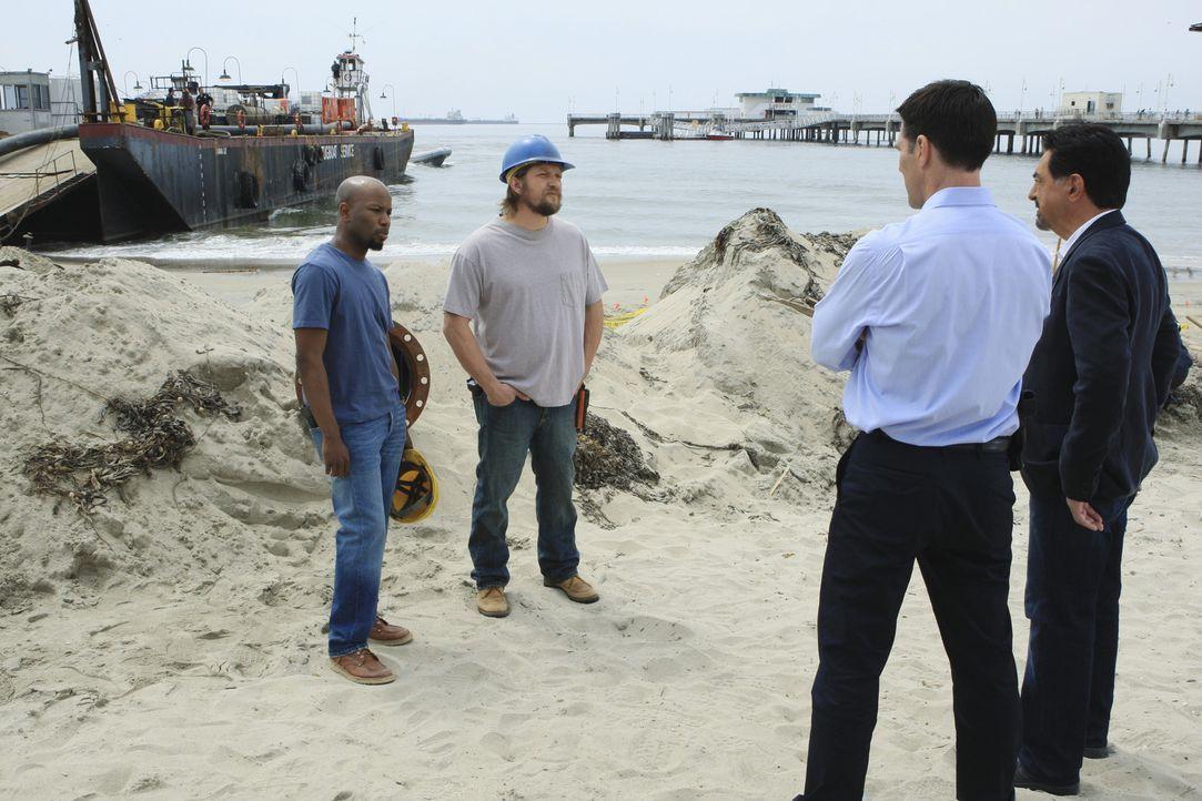 Um einen neuen Fall zu lösen, müssen Hotch (Thomas Gibson, 2.v.r.) und Rossi (Joe Mantegna, r.) die Arbeiter (Hassan Manning, l. und Stacey Hinnen... - Bildquelle: ABC Studios