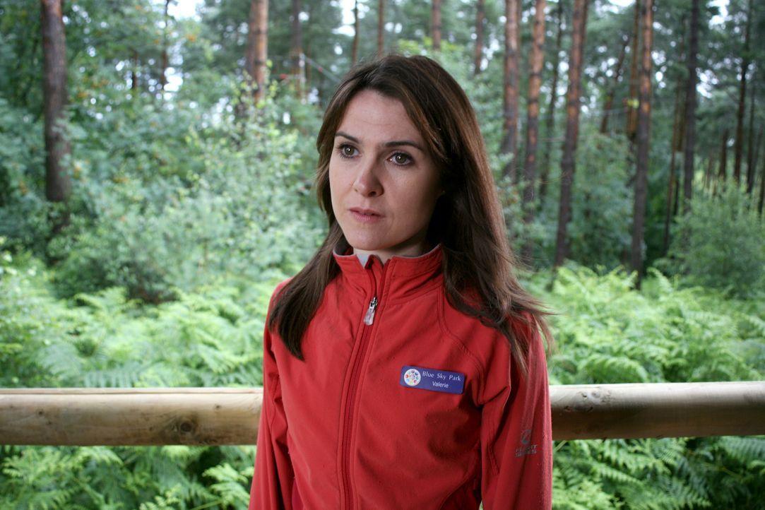Hat Valerie Irwin (Gillian Kearney) etwas mit dem Erscheinen des Säbelzahntigers zu tun? - Bildquelle: ITV Plc