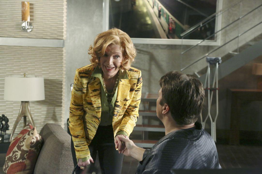 Martha (Susan Sullivan, l.) kümmert sich um ihren Sohn (Nathan Fillion, r.), der nach einem Skiunfall an die Wohnung gefesselt ist ... - Bildquelle: ABC Studios