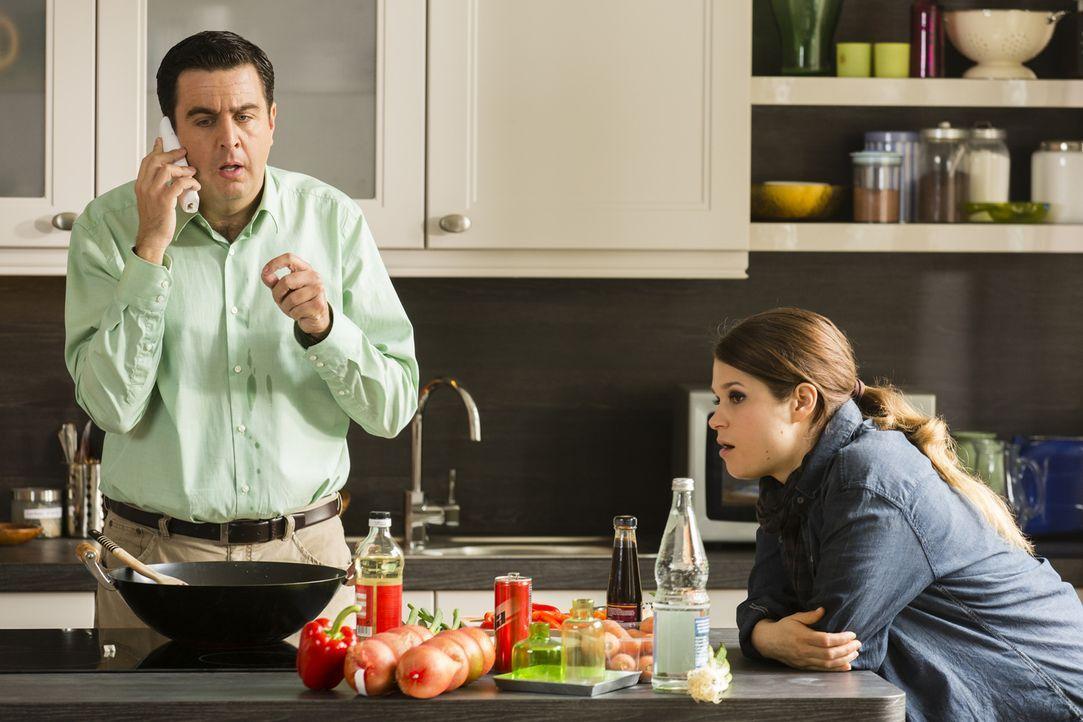 Gerade, als er mit Kim (Cristina do Rego, r.) in der Küche das Essen vorbereitet, erhält Bastian (Bastian Pastewka, l.) einen aufregenden Anruf ... - Bildquelle: Frank Dicks SAT.1