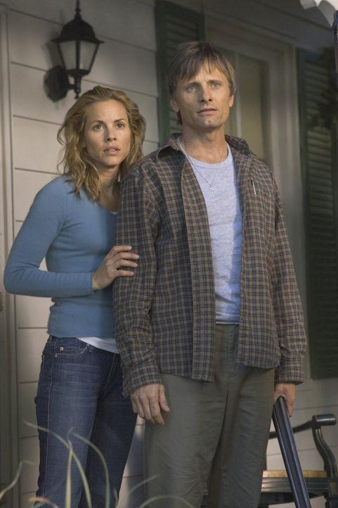 Noch steht Toms (Viggo Mortensen, r.) Frau Edie (Maria Bello, l.) ihrem Mann treu zur Seite, doch dann treten sehr unerfreuliche Dinge aus seiner Ve... - Bildquelle: 2005 Warner Bros.