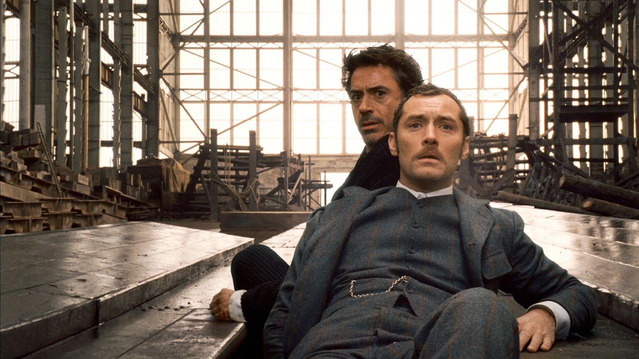 Geraten mitten ins Reich der schwarzen Magie: Sherlock Holmes (Robert Downey Jr., l.) und sein Gehilfe Dr. Watson (Jude Law, r.) ... - Bildquelle: Warner Brothers