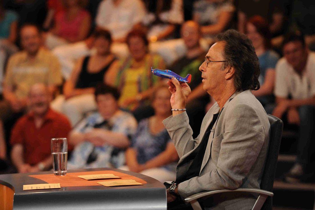 Hugo Egon Balder stellt seinen Gästen knifflige Fragen ... - Bildquelle: Sat.1