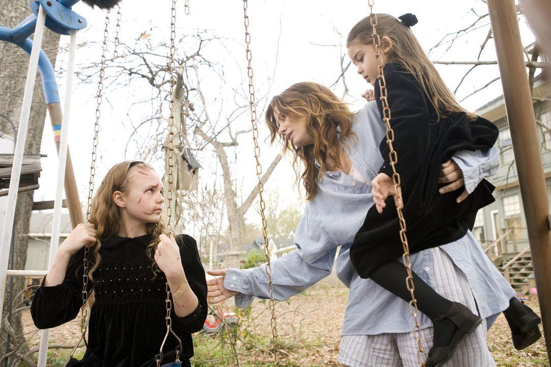 Eines Morgens wacht Linda (Sandra Bullock, M.) auf und findet ihre Kinder Megan (Shyann McClure, r.) und die beim Unfall verletzte Bridgette (Courtn... - Bildquelle: KINOWELT FILMVERLEIH GMBH