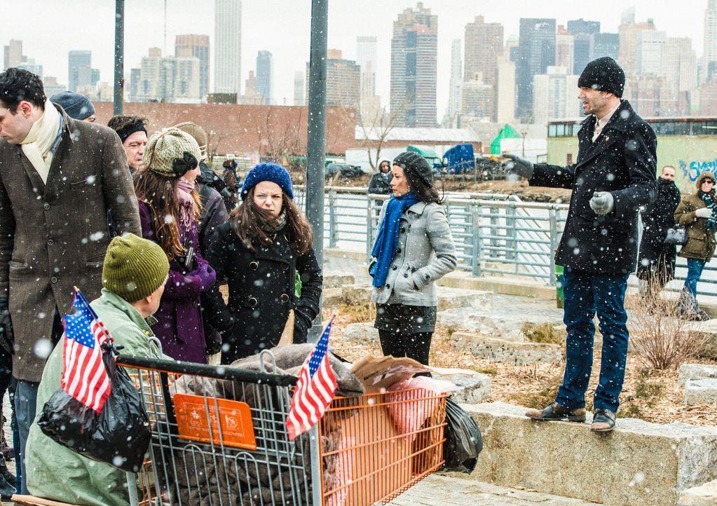 Während eines heftigen Schneesturms, versuchen Sherlock Holmes (Jonny Lee Miller, r.) und Joan Watson (Lucy Liu, 2.v.r.) Geldtresorraub zu verhinde... - Bildquelle: CBS Television