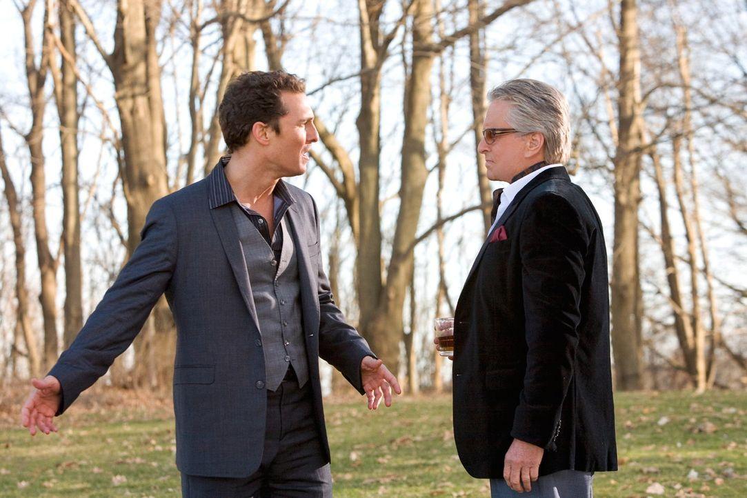 Zusammen mit seinem verstorbenen Onkel (Michael Douglas, r.) geht Connor (Matthew McConaughey, l.) auf eine aberwitzige Odyssee durch seine Beziehun... - Bildquelle: 2008   Warner Brothers