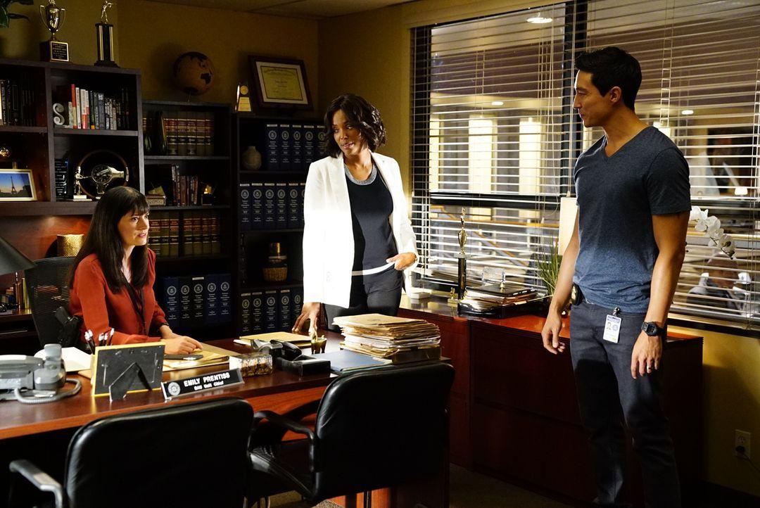 Das Team um Emily Prentiss (Paget Brewster, l.) und Dr. Tajana Leweis (Aisha Tyler, M.) kehrt aus ihrem sechswöchigen Urlaub zurück und ist bereit,... - Bildquelle: Disney Media Distribution