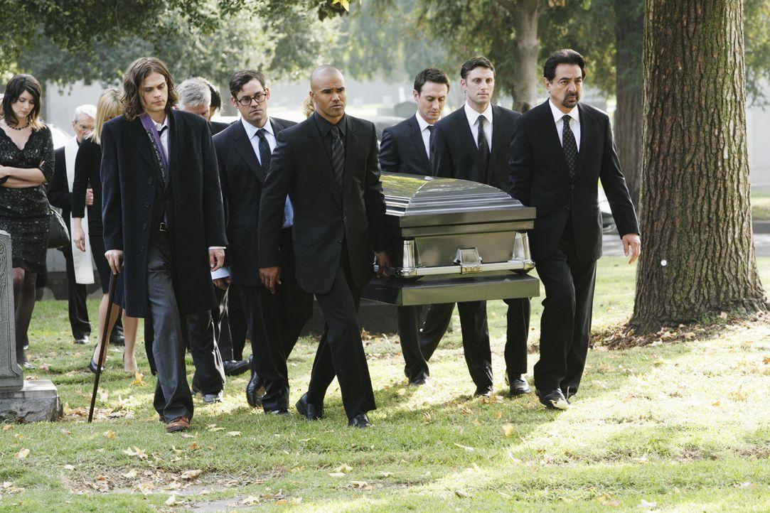 Nach dem schrecklichen Fall mit dem Reaper, nimmt das BAU-Tean Abschied von Haley Hotchner: Reid (Matthew Gray Gubler, vorne, l.), Kevin (Nicholas B... - Bildquelle: Touchstone Television