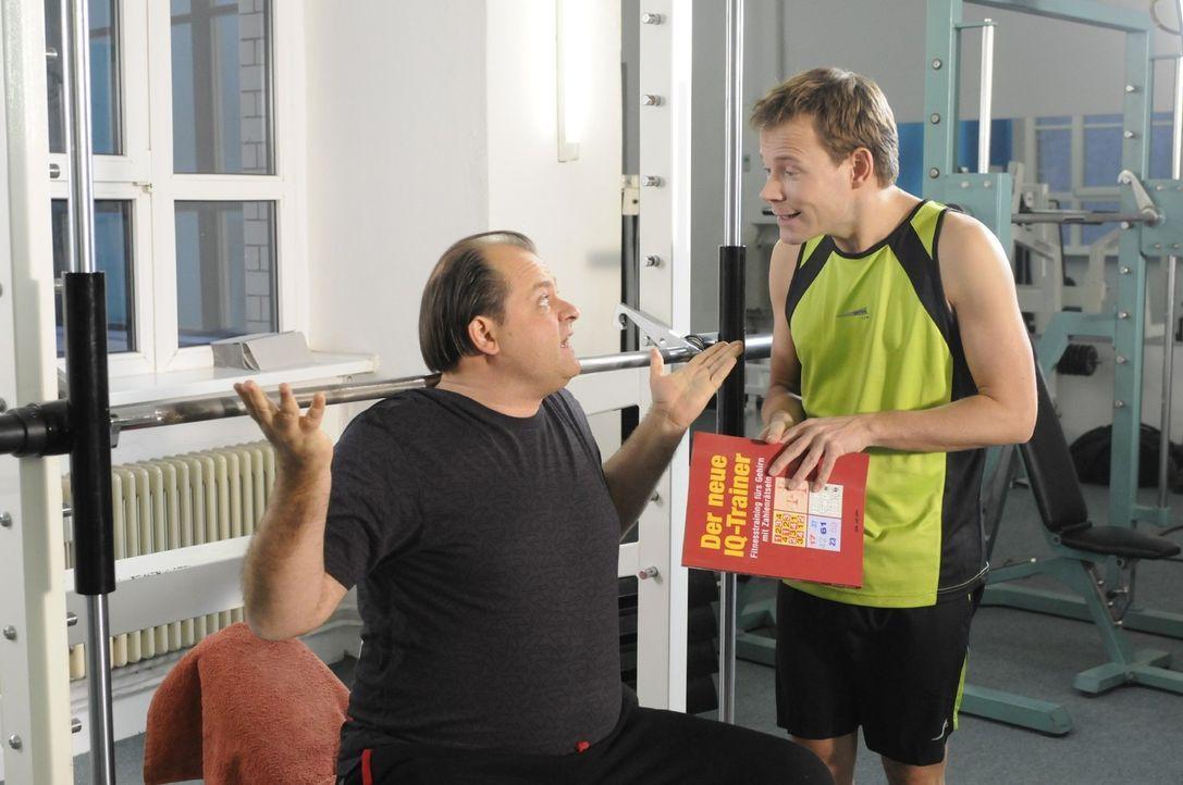 Markus (l.) kommt ins Fitness-Studio, um seine Muskeln zu stählen, muss dort aber schmerzlich erfahren, dass sein Gehirnmuskel der am wenigsten tra... - Bildquelle: sat.1