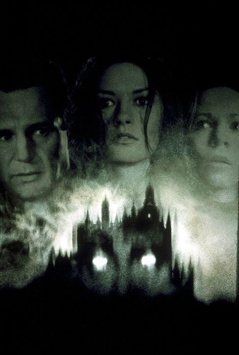 """Die Vergangenheit holt sie ein: Dr. David Marrow (Liam Neeson, l.), Theodora (Catherine Zeta - Jones, M.) und Eleanor """"Nell"""" Vance (Lili Taylor, r.)... - Bildquelle: TM &  1999 Dreamworks L.L.C. All Rights Reserved"""