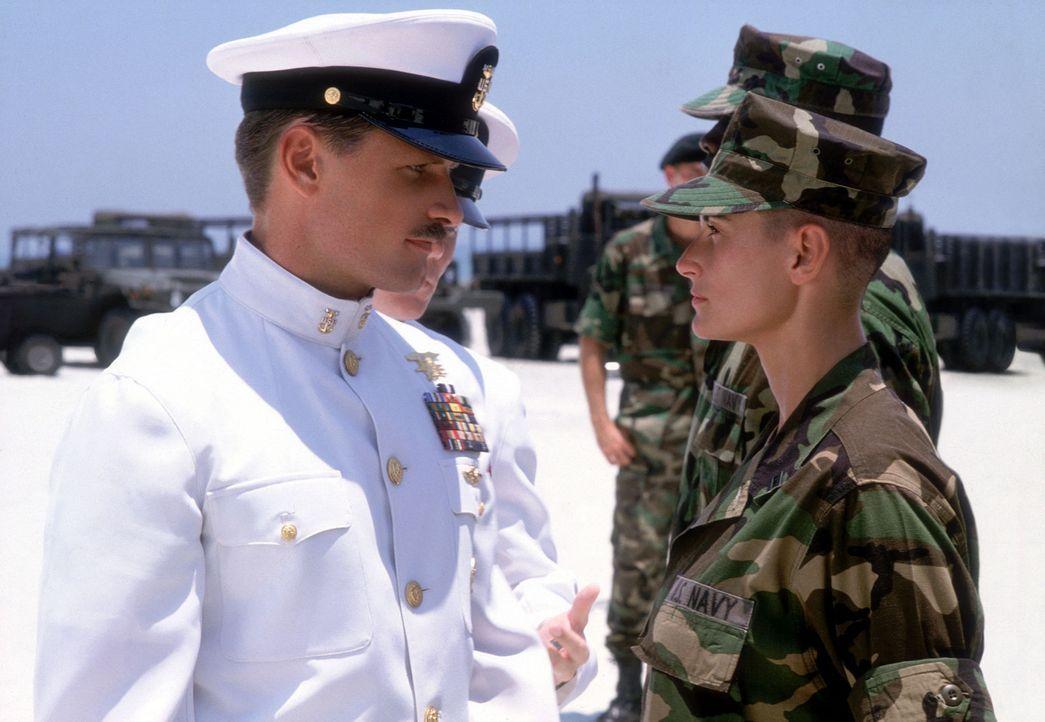 Von den Männern im Camp als Fremdkörper betrachtet, stößt Navy-Offizier Lieutenant Jordan O'Neil (Demi Moore, r.) zunächst auf blanke Ablehnung... - Bildquelle: Buena Vista International