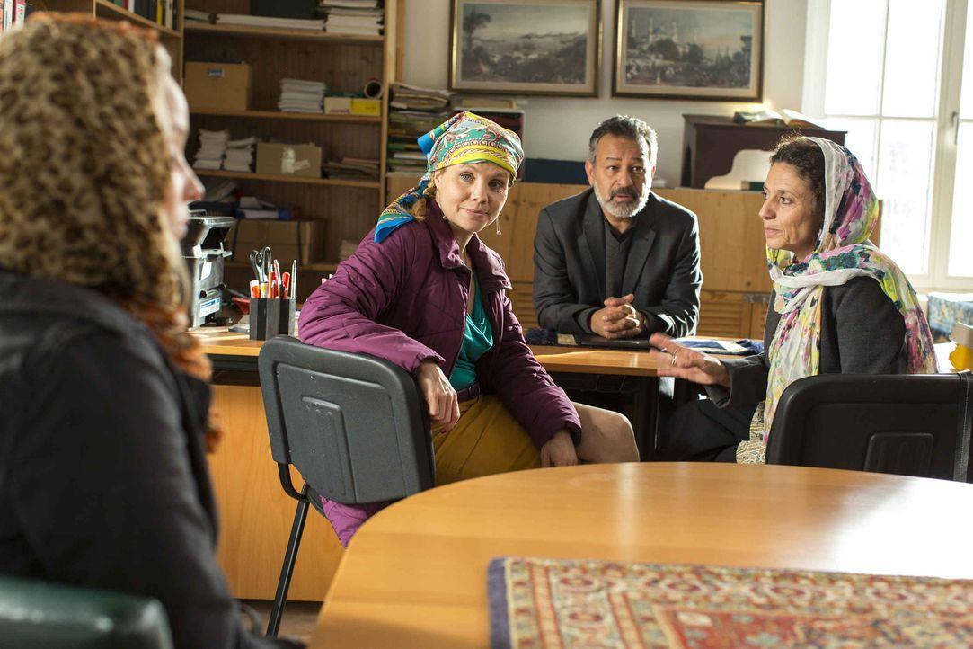 Um ihrer neuen Mandantin Carolin (Sonja Gerhardt, l.) helfen zu können, braucht Danni (Annette Frier, 2.v.l.) einen Islam-Spezialisten. Da kommt Or... - Bildquelle: Frank Dicks SAT.1