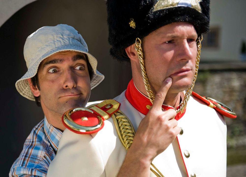 Andere Länder, andere Sitten: Ein Tourist (Thomas M. Held, l.) trifft auf einen Soldaten (Hanno Friedrich, r.) ... - Bildquelle: Martin Menke Sat.1