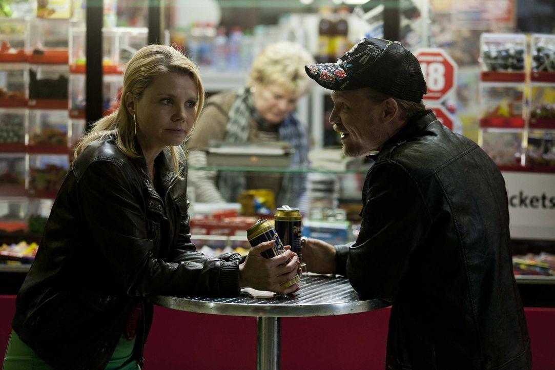 Danni (Annette Frier, l.) lässt nicht zu, dass ihre Freundin Bea in den Knast geht, weil sie die Schuld auf sich nimmt. Sie knöpft sich Dustin (Ma... - Bildquelle: Frank Dicks SAT.1