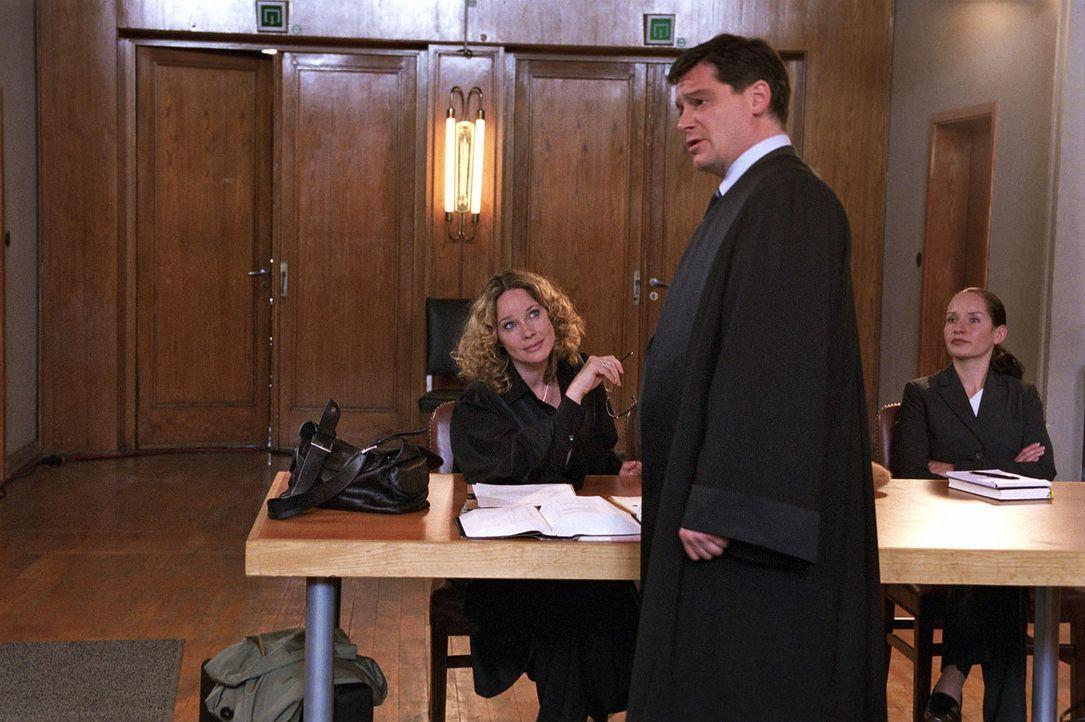 Vor Gericht liefern sich die beiden Anwälte Herbert Windscheid (Fritz Karl, M.) und Sabina Brenner (Ann-Kathrin Kramer, l.) immer wieder geschliffen... - Bildquelle: Sat.1