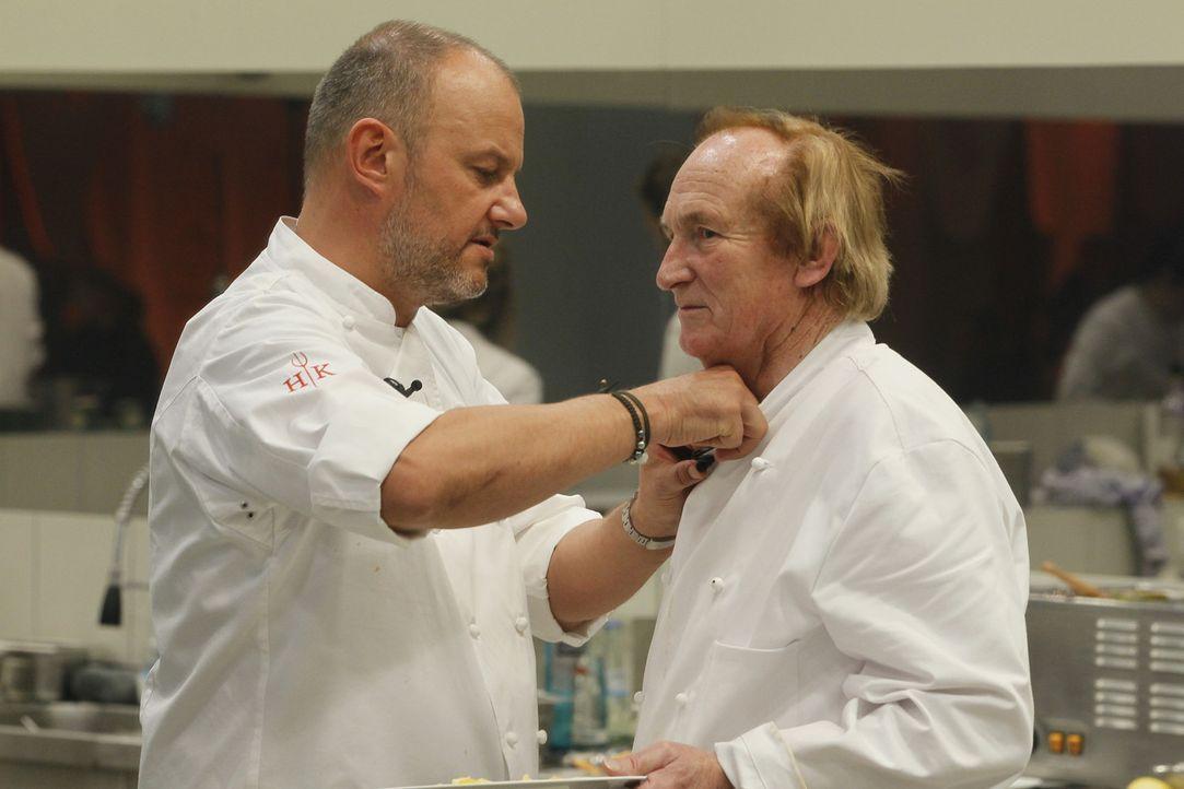 Klaus (r.) meldet sich zum Küchendienst, um seine Kochkünste unter Beweis zu stellen. Sein Lehrmeister und gleichzeitig größter Kritiker ist kein ge... - Bildquelle: Guido Engels SAT.1