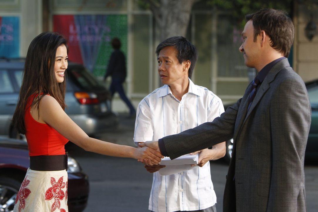 Während Harry die verarmte 87 Jahre alte Anna verteidigt, übernimmt Adam (Nathan Corddry, r.) den Fall des chinesischen Waschsalonbesitzers Fung (... - Bildquelle: Warner Bros. Television