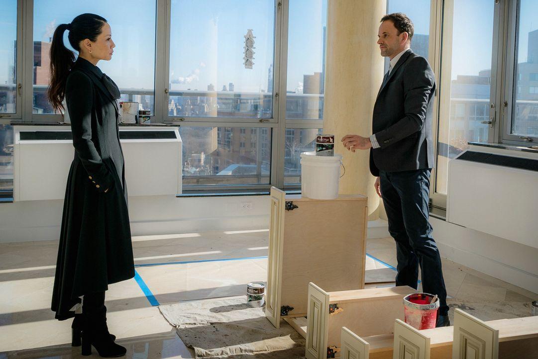 Holmes (Jonny Lee Miller, r.) und Watson (Lucy Liu, l.) untersuchen den Mord an einer gut situierten Dame, die ihr Vermögen ihrem Hund hinterlassen... - Bildquelle: Michael Parmelee 2016 CBS Broadcasting Inc. All Rights Reserved.