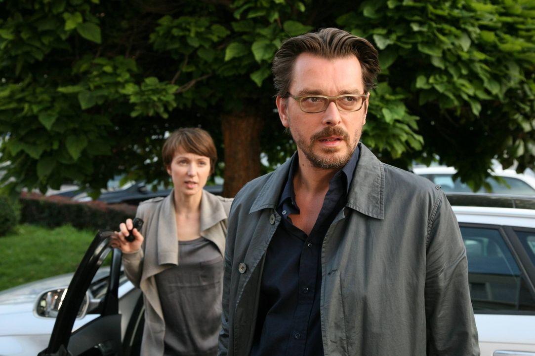 Stehen vor einem Rätsel: Kommissar Lenz (Hary Prinz, r.) und seine Assistentin (Julia Koschitz, l.) ... - Bildquelle: SAT. 1