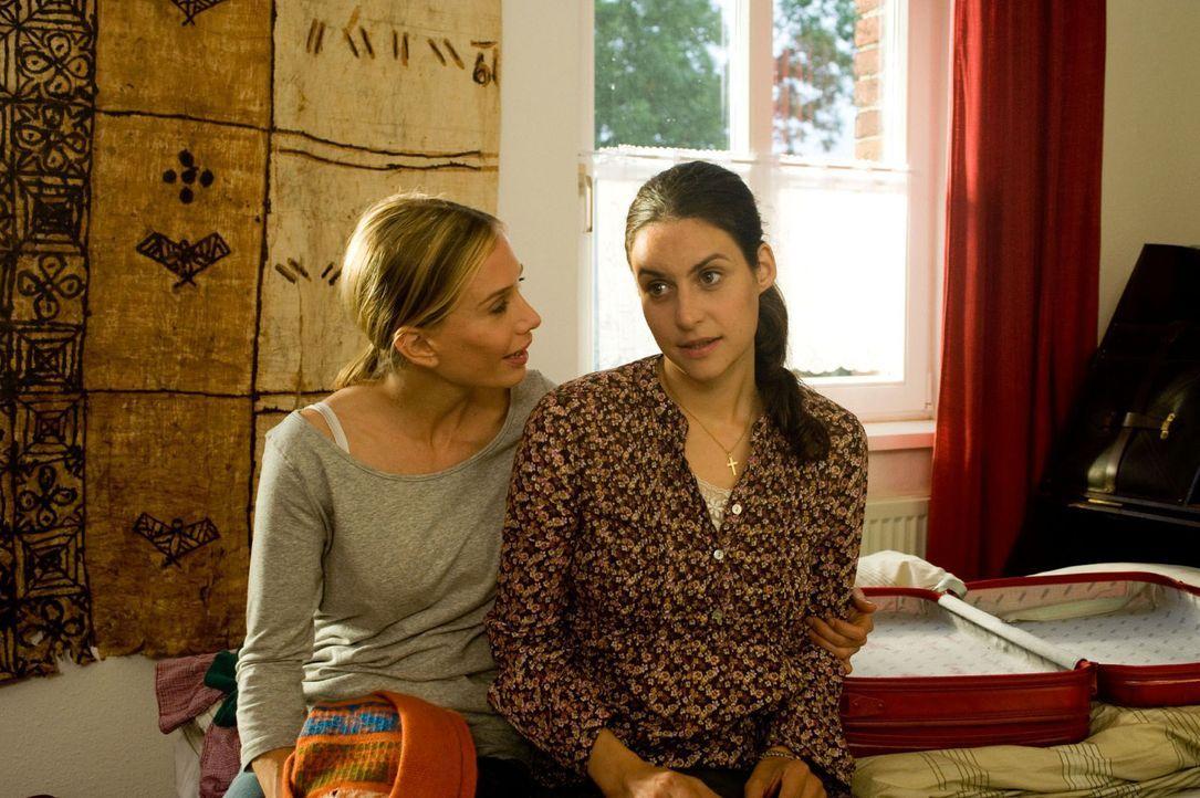 Maja (Nadeshda Brennicke, l.) ermuntert Doreen (Liane Forestieri, r.) mit ihr nach Mailand zu gehen und ihren Freund Steffen zu verlassen. - Bildquelle: Sat.1