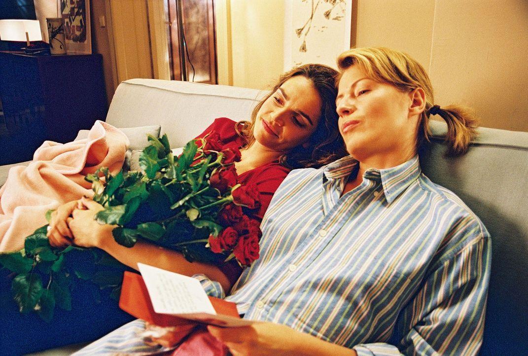 Sandra (Rebecca Immanuel, l.) und Patricia (Barbara Demmer, r.) sind fasziniert von Alexanders Liebesgedichten. - Bildquelle: Hardy Spitz Sat.1