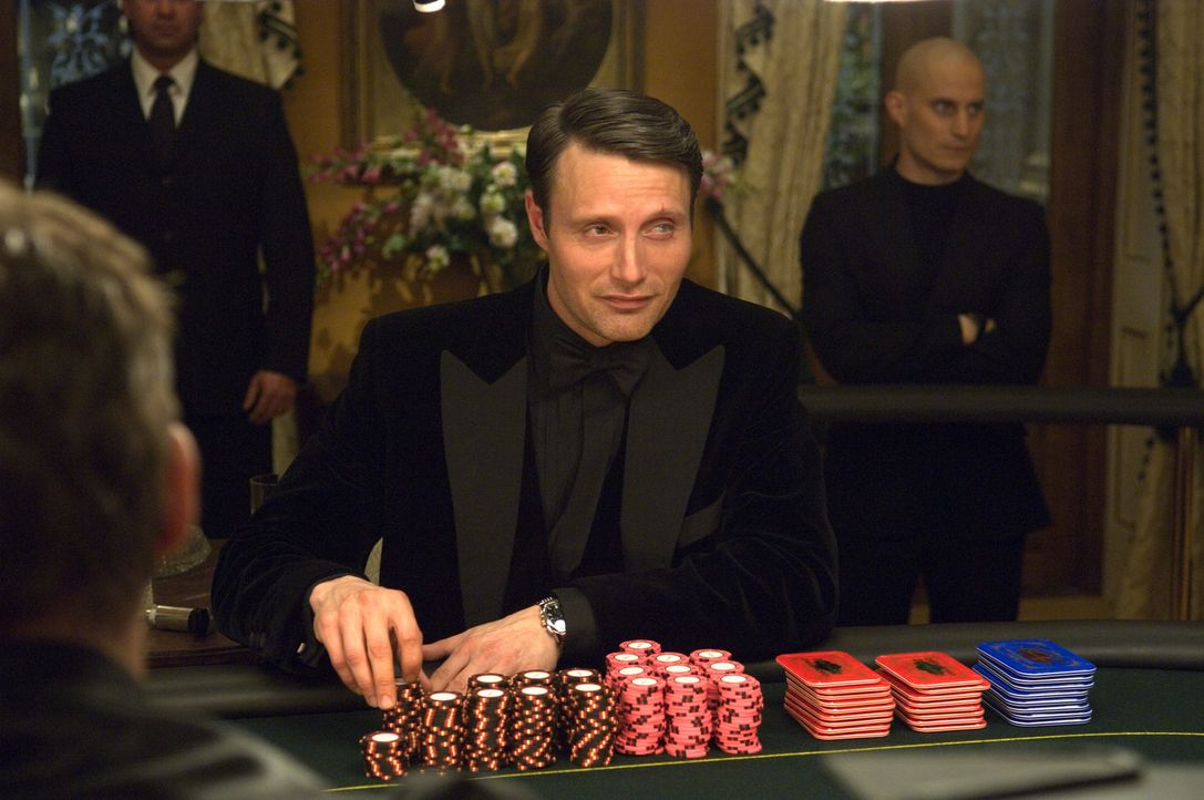Der Bankier der Terroristen: Finanzhai Le Chiffre (Mads Mikkelsen), der nur mit dem blutigem Geld der Terrorganisationen spekuliert ... - Bildquelle: 2006 DANJAQ, LLC, UNITED ARTISTS CORPORATION AND COLUMBIA PICTURES INDUSTRIES, INC. ALL RIGHTS RESERVED.
