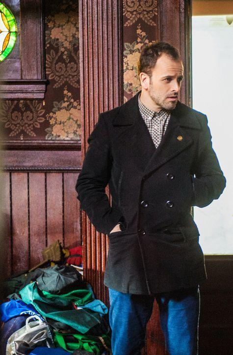 Bei den Ermittlungen: Sherlock Holmes (Jonny Lee Miller) ... - Bildquelle: CBS Television