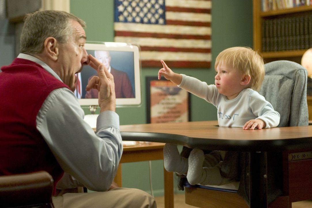 Ex-CIA-Agent Jack (Robert De Niro, l.) kümmert sich liebevoll um seinen Enkel Little Jack (Spencer Pickren, Bradley Pickren, r.) und dessen Ausbild... - Bildquelle: DreamWorks SKG