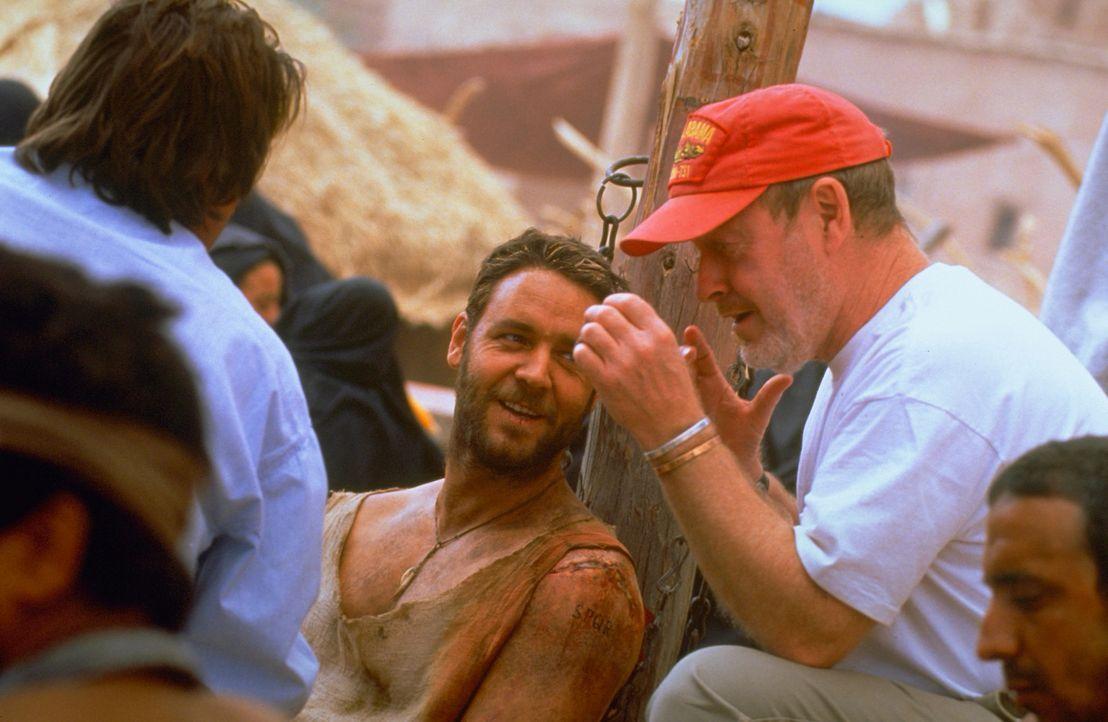 """Regisseur Ridley Scott (r.) und Hauptdarsteller Russell Crowe (M.) während der Dreharbeiten zu """"Gladiator"""" ... - Bildquelle: Universal Pictures"""
