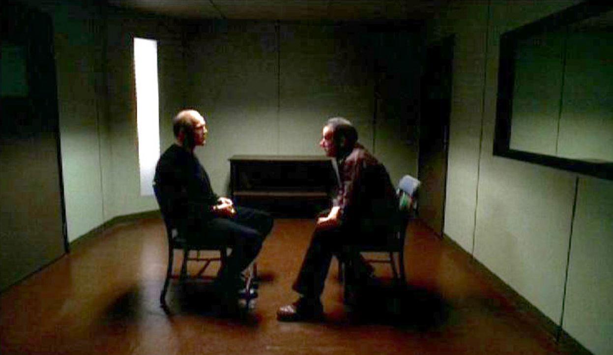 Vincent Perotta (Patrick Kilpatrick, l.) wird von Special Agent Jason Gideon (Mandy Patinkin, r.) verhört, da alle Indizien dafür sprechen, dass e... - Bildquelle: Touchstone Television