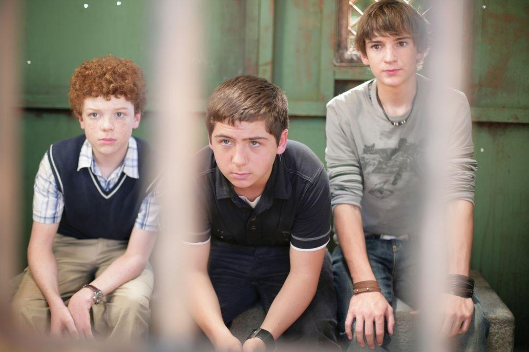 Ein geheimnisvolles Video führt die Detektive Justus (Chancellor Miller, M.), Peter (Nick Price, r.) und Bob (Cameron Monaghan, l.) in ein verlasse... - Bildquelle: Disney
