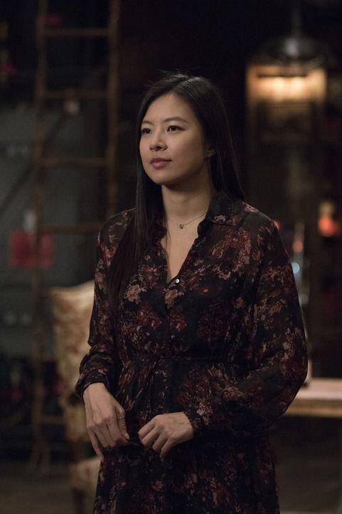 Das Mastermind hinter den Wahrsagungen der getöteten Hellseherin ist Vivian Song (Christine Ko) - kann sie helfen, den Mörder zu finden? - Bildquelle: Warner Bros.