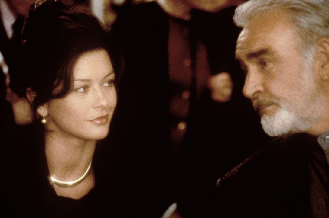 Zwischen dem Kunstdieb Mac (Sean Connery, r.) und der Versicherungsagentin Virginia (Catherine Zeta-Jones, l.) bahnt sich was an ... - Bildquelle: 20th Century Fox.