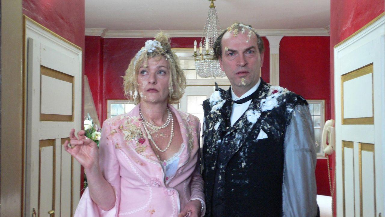 Hochzeitstorte mal ganz anders: die Brauteltern (Saskia Vester, l. und Herbert Knaup, r.) ... - Bildquelle: ProSieben